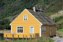 Traditional norwegian cottage directly at the fjord with 15/60 hp motorboat, internet, TV, best view on the mountains and fjord.